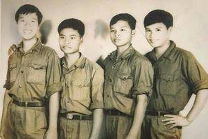 Hội ngộ sau 43 năm, 4 đồng đội xếp hàng chụp ảnh ngày ấy - bây giờ