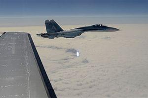 Tiêm kích Nga bị tố thổi lửa vào mặt máy bay Mỹ