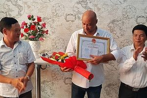 Khen thưởng du khách nước ngoài dũng cảm cứu 2 em nhỏ trong ngôi nhà bị cháy