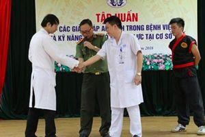 Đại biểu Quốc hội: Đau lòng khi thấy bác sĩ phải... học võ!