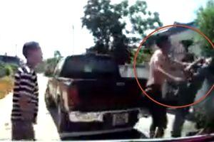 Xe bán tải chắn lối đi, tài xế xin nhường đường bị côn đồ Thanh Hóa đánh gục