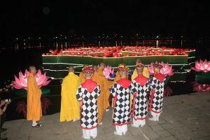 Sông Hương rực sáng trong đêm bởi hàng vạn hoa đăng