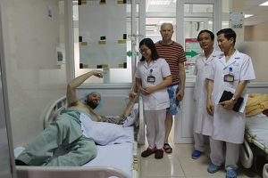 Cứu sống bệnh nhân người nước ngoài nằm hôn mê bên lề đường