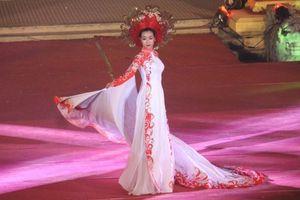 'Ngất ngây' trước vẻ đẹp của những tà áo dài trong đêm lễ hội 'Huế Vàng Son'