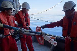 Gian nan những bước tìm dầu: Đối mặt với 'tàu không lạ'