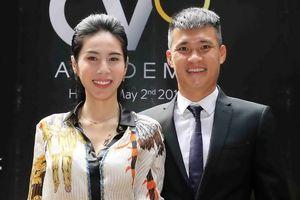 Thủy Tiên muốn Công Vinh chuyên tâm dạy trẻ em đá bóng