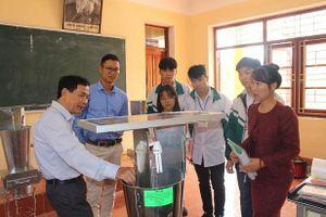 Nhóm học sinh ở Bắc Giang chế tạo máy hút bọ xít ở vải thiều
