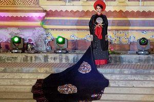 Mặc áo dài truyền thống đeo móng vuốt ma mị, đẹp hay không đẹp?