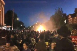 Anh: Ném điện thoại vào đám lửa trại gây nổ, 30 người bị thương