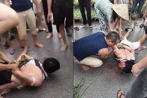 Người dân vây bắt, đánh đập đối tượng nghi xông vào nhà bắt cóc bé gái