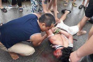 Người dân vây bắt một người đi ô tô vì nghi bắt cóc trẻ em