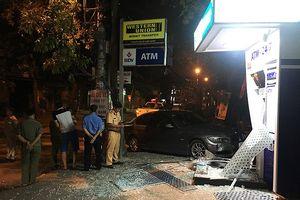 Ô tô BMW tông nát trụ ATM Ngân hàng BIDV lúc rạng sáng