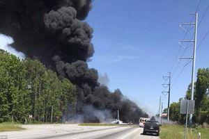 Máy bay quân sự Mỹ lao thẳng xuống đường cao tốc, bốc cháy dữ dội