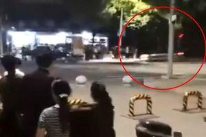 Cảnh sát giao thông dũng cảm lấy thân mình chặn xe điên
