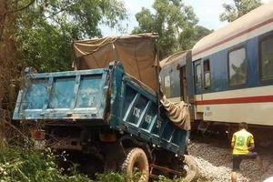 Kinh hoàng tàu hỏa đâm nát đầu ô tô, 2 người bị thương nặng