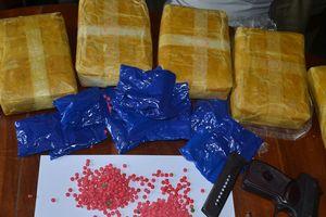 Bắt nghi phạm mang súng K59 vận chuyển 12 bánh heroin