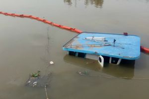 Sà lan chở hàng bị lật úp trên sông Sài Gòn