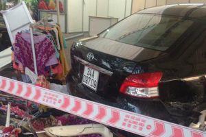 Hà Nội: Nam thanh niên rửa xe lùi ô tô, 5 người trọng thương