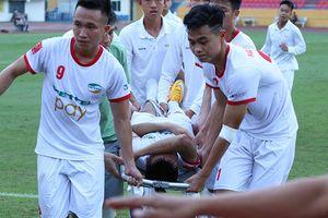 Học trò chấn thương kinh hoàng, HLV Hoàng Anh Tuấn bất bình với trọng tài