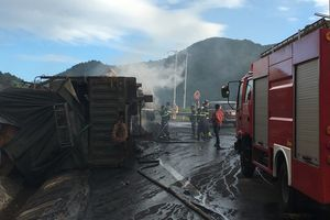 2 người chết cháy trong cabin khi 2 xe container va chạm, bốc cháy