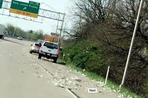 Xe tải chở tiền bung cửa, 'rải' xuống đường 13 tỷ, dân đổ xô nhặt tiền