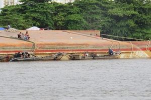 Tp.HCM: Điều tra làm rõ nguyên nhân sà lan 1.200 tấn bất ngờ lật úp trên sông