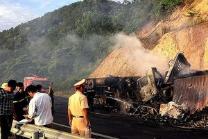 Ô tô bốc cháy, 3 người chết thảm