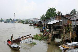 Sà lan tông nhà dân trong đêm, 3 trẻ nhỏ rơi xuống sông