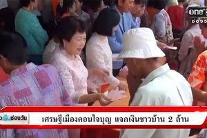 Đại gia Thái Lan phát tiền cho 7.000 dân