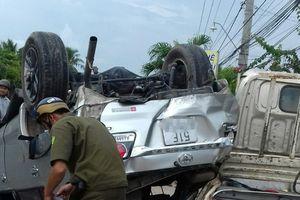 Đập kính cứu 4 người trong ôtô bị lật ngửa trên quốc lộ