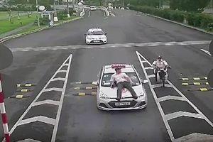 Xe taxi tông nhân viên an ninh hàng không Nội Bài bắn lên nắp capo