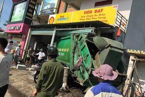 Xe chở rác mất lái đâm vào nhà dân, 3 người bị thương