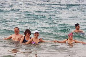 Giữa mùa đông trên biển Chết, du khách Việt ngâm mình và tắm biển
