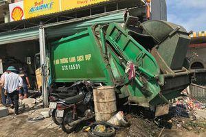 Xe chở rác va chạm với xe máy, đâm sập nhà dân ven đường