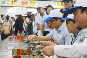 Phó Thủ tướng Vũ Đức Đam thăm bếp ăn tập thể và dùng cơm trưa công nhân tại TPHCM