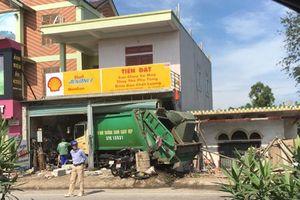 Xe chở rác lao vào tiệm sửa xe, 3 người bị thương