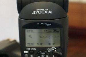 LẠ: Canon giới thiệu đèn flash tự xoay và đánh sáng thông minh