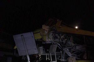 Xe khách và container va chạm trong đêm, 2 người chết, 12 người bị thương