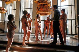 Bảo tàng nghệ thuật mở cửa cho hàng trăm người khỏa thân xem triển lãm