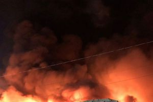 Kho giấy 3.000 m2 ở Sài Gòn đổ sập sau hỏa hoạn