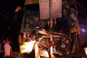 Xe khách va chạm kinh hoàng với container, 2 người tử vong