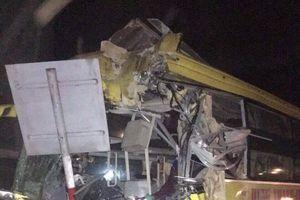 Xe container đâm xe khách biến dạng, 14 người thương vong