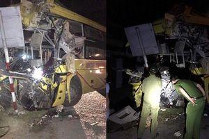 Xe khách đâm đuôi container, 2 người chết, 12 người bị thương