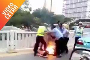 Cảnh sát Thái chữa cháy kiểu đầy 'đau đớn' cho nạn nhân