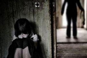 Mẹ 'chết đứng' khi nghe con gái kể bị gã hàng xóm làm chuyện 'người lớn'