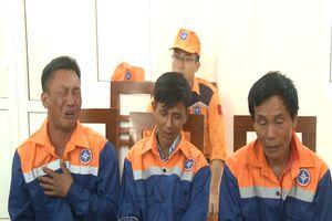 Tàu cá bị chìm, 3 ngư dân được cứu nạn và đưa vào đất liền