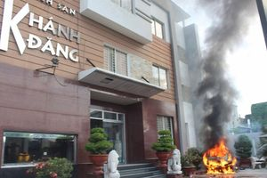 Ô tô phát nổ bốc cháy trước khách sạn, 40 khách lưu trú ôm đồ bỏ chạy