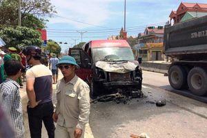 Xe limousine bốc cháy sau cú đâm xe máy, 2 người tử vong