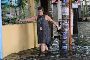 Người nước ngoài lội bì bõm về nhà sau trận mưa lớn ở Sài Gòn