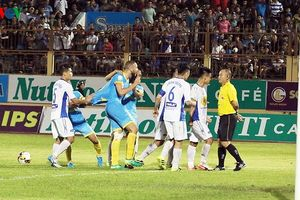 Thổi phạt đền tưởng tượng, trọng tài Kiên 'hết cửa' bắt V-League
